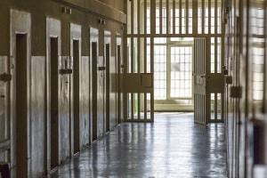 Eine Anzeige wegen Sozialbetrug kann zu einer Haftstrafe führen.