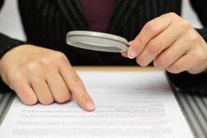 Arbeitsverträge beinhalten in der Regel auch Vorgaben zu Urlaub und Kündigung.