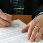 Ein Arbeitsvertrag enthält alle Klauseln, die für ein Arbeitsverhältnis entscheidend sind.