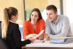Ein Beistand kann beim Jobcenter sachbezogene und emotionale Hilfe bieten.