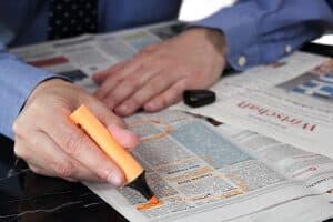 Eine berufliche Ausbildung finden: Jobbörsen in Zeitungen sind eine mögliche Option.