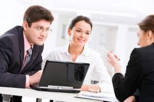 Nach der Bewerbung probearbeiten: Wie lange der Probearbeitszeitraum ausfällt, bestimmt der Arbeitgeber.
