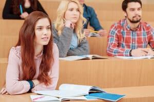 Fortbildung vs. Weiterbildung: Ersteres richtet sich direkt auf den Job. Zweiteres kann auch ein branchenfremdes Studium sein.