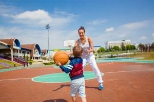 Günstige Ferienaktivitäten bieten oftmals die Ferienprogramme von Stadt oder Kommune.