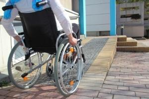 Ein Härtefall bei Hartz 4 kann bspw. bei Rollstuhlfahrern bestehen, die eine Haushaltshilfe benötigen.