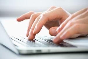 Hartz-4-Antrag online stellen? Bislang können nur Antragsformulare online ausgefüllt werden. Die Übermittlung muss persönlich oder per Post erfolgen.
