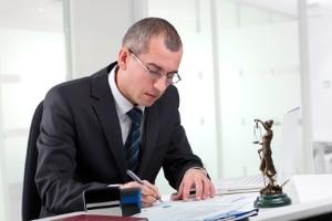Anwälte, die den Hartz-4-Bescheid prüfen, können auch bei Widerspruch und Klage helfen.
