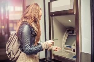 Am Geldautomaten kann eine Hartz-4-Kürzung unangenehm werden.