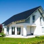 Hartz 4 beziehen und dennoch Hausbesitzer sein, ist möglich, wenn das Haus angemessen ist.