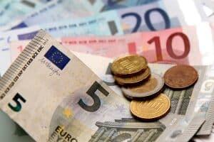 Das Jobcenter kann die Erstausstattung in Geld- oder Sachleistungen erbringen.