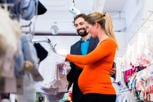 Zum Mehrbedarf in der Schwangerschaft zählt auch Kleidung - für Sie und das Baby.