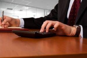 Hartz-4-Empfänger sollten sich zu erwartende Prozesskosten von einem Anwalt überschlagen lassen.