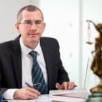 Ein Rechtsanwalt kann Hartz-IV-Empfängern bei fehlerhaften Bescheiden helfen.