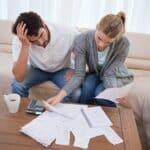 Schulden bringen viele Paare an den Rand der Verzweiflung.