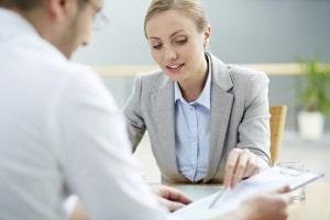 Bevor Sie Widerspruch gegen eine Maßnahme einlegen, können Sie ein Gespräch mit Ihrem Sachbearbeiter suchen