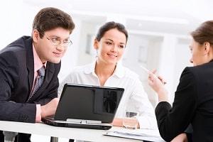 Wiedereingliederungshilfe vom Arbeitsamt soll Arbeitslose in den Arbeitsmarkt eingliedern.